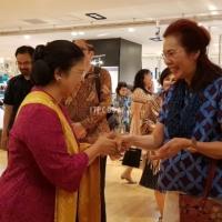 1. Kunjungan Ibu Peggy Enggartiasto Lukita pada pameran Batik dan Kimono yang diselenggarakan di Hankyu Dept. Store, Osaka pada 27 Juni - 2 Juli 2018.