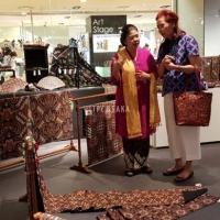 3. Kunjungan Ibu Peggy Enggartiasto Lukita pada pameran Batik dan Kimono yang diselenggarakan di Hankyu Dept. Store, Osaka pada 27 Juni - 2 Juli 2018.