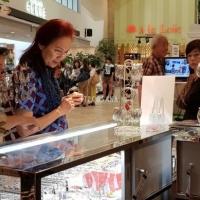 4. Kunjungan Ibu Peggy Enggartiasto Lukita pada pameran Batik dan Kimono yang diselenggarakan di Hankyu Dept. Store, Osaka pada 27 Juni - 2 Juli 2018.