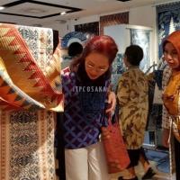 2. Kunjungan Ibu Peggy Enggartiasto Lukita pada pameran Batik dan Kimono yang diselenggarakan di Hankyu Dept. Store, Osaka pada 27 Juni - 2 Juli 2018.